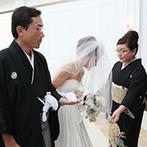 迎賓館ヴィクトリア高岡:ドレス姿が美しく見える空間で、生演奏が響き渡る厳粛なセレモニー。挙式後もゲストと演出を楽しんだ
