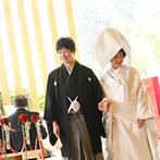 奈良町 あしびの郷:美しい緑に囲まれた、木の温もりを感じるチャペルでの和婚。憧れの白無垢姿がゲストにとってサプライズに