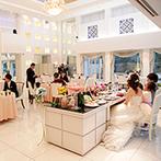 クイーンズコート グランシャリオ:家族だけの披露宴でも、広々とした空間は幸せでいっぱい。フォトブースや階段入場もふたりらしく楽しんだ