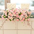 クイーンズコート グランシャリオ:春らしい桜をテーマにしたパーティ。ジャンボ餃子入刀など、ふたりの好物にちなんだ個性的な演出も好評