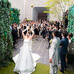 THE MARCUS SQUARE KOBE (ザ マーカススクエア 神戸):花々を敷き詰めたガラスのバージンロードが美しい、透明感あふれるチャペル。挙式後はゲストとの触れあいも