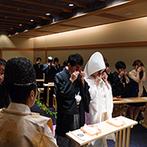 THE MARCUS SQUARE KOBE (ザ マーカススクエア 神戸):厳粛なムードに包まれた本格的な儀式に感動。夫婦の契りを交わしたふたりを友人・知人ゲストも出迎えた