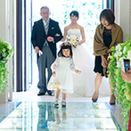 THE MARCUS SQUARE KOBE (ザ マーカススクエア 神戸):母の「きれいやね、おめでとう」の言葉に送り出された感動の挙式。かわいいリングガールに笑顔が広がった