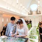 THE MARCUS SQUARE KOBE (ザ マーカススクエア 神戸):グリーンが映える純白のチャペルで感動的な挙式。青空の下でのアフターセレモニーも、幸せな笑顔が輝いた