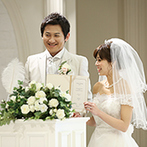 アンジェリオン オ プラザ TOKYO:親族を身近に感じる対面式チャペルで、理想通りの温かな誓いに。本格的な儀式で夫婦になる喜びをかみ締めた