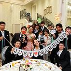 Neo Japanesque Wedding 百花籠(ひゃっかろう):優美な曲線を描く階段からの入場後は、新婦の手作りアイテムを使って撮影を満喫。年齢問わず好評だった