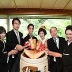 ホテル椿山荘東京:緑豊かな自然を望む、数寄屋造りの純和風料亭。鏡開きや日本酒で乾杯など、和の雰囲気たっぷりの祝宴に