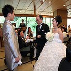 ホテル椿山荘東京:教会式のように新婦と父が一緒に再入場するサプライズ演出。弦楽四重奏の音色で会場は笑顔でいっぱい