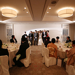 ホテル椿山荘東京:春らしく会場をコーディネート。琴の生演奏やふたりの生い立ちムービーなど上質なひと時を過ごした