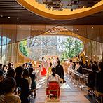 ホテル椿山荘東京:当日は青空に恵まれ、一面に広がる緑と自然光も祝福。大勢の参列者が見守る中、神前に誓いを立てた