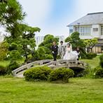 ホテル南風楼 ザ・グランド・オーシャンズ:緑あふれる庭園を進み、潮風香る誓いのステージへ。ウッドデッキテラスでの爽やかな人前式で、永遠の愛を
