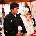 ホテル南風楼 ザ・グランド・オーシャンズ:誓いの舞台は、ホテルのすぐ近くに佇む「霊丘神社」。伝統的な神前式の後は、花嫁行列で幸せをかみ締めた