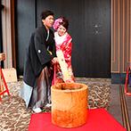 ホテル南風楼 ザ・グランド・オーシャンズ:紋付袴&色打掛をまとったふたりが登場し、和のパーティがスタート。餅つきの演出で、会場内は大賑わい!