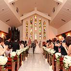 セントポーリア教会 シャルム・ド・ナチュール:壮麗なステンドグラスの光が射しこむ教会。オルガンやチェロ、バイオリンの生演奏も挙式を神秘的に彩った