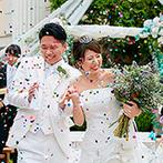 セントポーリア教会 シャルム・ド・ナチュール:ゲストが結婚を承認するクラッカーやコンフェッティシャワーなど、どのシーンもガーデンの緑に映えて素敵