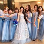 セントポーリア教会 シャルム・ド・ナチュール:ピュアホワイトの邸宅でカジュアルなパーティ。ブルー系のドレスで揃えたブライズメイドたちも結婚を祝福