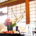 日本料理 つば甚:季節感溢れるコーディネートをした会場でおもてなし。ゲストと距離が近く温かな時間を過ごすことができた