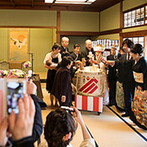 日本料理 つば甚:和装が映える鏡開きの演出で、両家の絆を深めた。200畳ひと続きの大広間で、金沢らしい美食を堪能