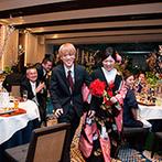 辻家庭園 ~前田家家老旧横山家迎賓館~(金沢市指定文化財):大きな窓から庭園を見わたせる会場を、桜の花で春色にコーディネート。笑顔で退場する姉弟の姿に両親も感激