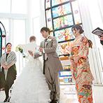 ラ・メゾン Suite 姫路:清らかな光と音楽が満ちるガラス張りの空間に両親と三人で入場。大階段ではふたりから幸せのおすそわけも