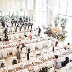 ハーバーテラス SASEBO迎賓館:ゲストの入場にもひと工夫。階段の上からの眺めや、オープンキッチンから運ばれる季節の料理でおもてなし