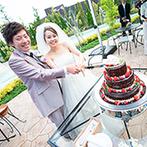 ルシェルアンジュ水戸 ウエディングシャトー:大空の下でのウエディングケーキ入刀は大盛り上がり。こだわりの美食でのおもてなしは大好評だった