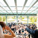 ルシェルアンジュ水戸 ウエディングシャトー:全天候型アトリウムの階段から、ガーデンのゲストに幸せのお菓子まき!披露宴でも階段を使った演出を満喫