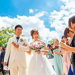 ルシェルアンジュ水戸 ウエディングシャトー:家族の絆を感じる温かな挙式の後は青空の下でフラワーシャワー。ゲストがダンスを披露するなど賑やかに