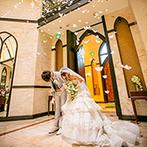 ラトリエ・ドゥ・マリエ(聖グロリアス教会):純白のドレスが映える美しい大聖堂での挙式。リングドッグも登場し、厳かながら笑顔に満ちたひと時が実現