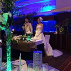 グラン・サウスオーシャンズ:アクアリウムのブルーが煌めくバンケット。装花やLEDライトで、よりリゾート感をプラスした空間に