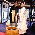 The 華紋(ザ カモン):美しい日本庭園を望むバンケットで「祝いの餅つき」。ゲスト参加型の演出で、会場を盛り上げた