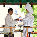 KOTOWA 鎌倉 鶴ヶ岡会館:神聖な雰囲気に包まれた舞殿で古式ゆかしい神前式。プランナーも介添えとしてそばで見守ってくれた
