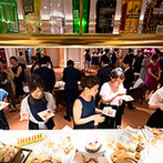 LAZOR GARDEN OSAKA(ラソール ガーデン 大阪):各卓まわりやデザートビュッフェも、時間をたっぷり取ってゲストと交流。高級感あふれるホワイエも満喫して
