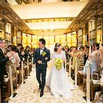 EXEX SUITES (エグゼクス・スウィーツ):ゴールドに輝く光が照らすチャペルで、ゲスト参加型の人前式。バブルシャワーが舞う中で晴れやかに退場