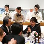 アルカンシエル luxe mariage大阪:自然光が射し込む開放的な空間。オープンキッチンから振る舞われた絶品料理が、ゲストの笑顔を引き出した