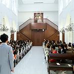 アルカンシエル luxe mariage大阪:大好きな母親と一緒に、純白の空間に入場。ゲストの目の前で階段を降り、入口でのベールダウンも感動的に