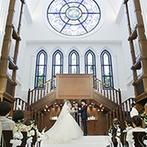 アルカンシエル luxe mariage大阪:アーチ状の天井に響く、6名の聖歌隊による大迫力の歌声。神聖な雰囲気の中、親族に見送られて誓いの舞台へ