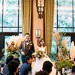 ザ ガーデンオリエンタル大阪:天井が高く、開放感が心地よいパーティ会場。ソファのメイン席や冬らしい装花で、カジュアル感もプラス