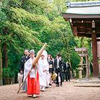 THE KIKUSUIRO NARA PARK (菊水楼):ふたりのプロポーズの場所とも縁のある春日大社。夫婦の誓いを立てると、静かに訪れる幸せをかみしめた