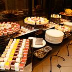 ブライマリーコート:ふたりらしいナチュラルなコーディネートが印象的な会場で、ランクアップした料理やデザートでおもてなし