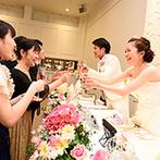 ブライマリーコート:白が基調のパーティ空間をイメージに合わせて自由に飾り付け。たくさんのサプライズで会場が感動に包まれた