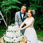 VILLAS DES MARIAGES 軽井澤(ヴィラ・デ・マリアージュ 軽井澤):初夏の爽やかな風と陽光の中でケーキカット。ゲストと一緒にバンケット・インして、室内でも何度も乾杯!