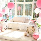 ララシャンス HIROSHIMA迎賓館:ソファサイドはバルーンと装花で思いっきりキュートに飾り付け。おもてなしの美食もゲストに喜ばれた