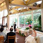 Terrace on The Garden:広々としたガラス張りの空間は、自然光と緑に包まれて開放感抜群。故郷の家族の優しさが心に染みわたる宴