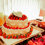 ホテルマリノアリゾート福岡:上質なパーティ会場を、赤い装花やアイテムで明るい雰囲気に。家族の温かみを感じる演出やサプライズも