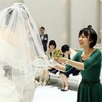 室町ステージ Muromachi Stage THE SCREEN:ゲスト参加型のブーケセレモニーで和やかな人前式。ナイトウエディングならではの美しい光景が挙式を彩った