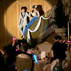 アートグレース ウエディング スクエア:色とりどりの光が出迎える大階段からの再入場は幻想的。ふたりの出身地&居住地の食材を使った美食で笑顔に