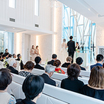 ル・センティ フォーリア 大阪:清らかな水に浮かぶチャペルで叶った愛のセレモニー。ゲスト100名超でもゆったりと過ごせる大空間