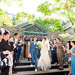 KYUKARUIZAWA KIKYO, Curio Collection by Hilton(元 旧軽井沢ホテル):木漏れ日やそよ風にも祝福される、森の小さなチャペルで教会式。陽光にきらめくバブルシャワーに幸せを実感