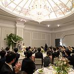 KYUKARUIZAWA KIKYO, Curio Collection by Hilton(元 旧軽井沢ホテル):華やかなシャンデリアがきらめく幸福感たっぷりの披露宴会場をふたりらしく飾り、美味しい料理でおもてなし